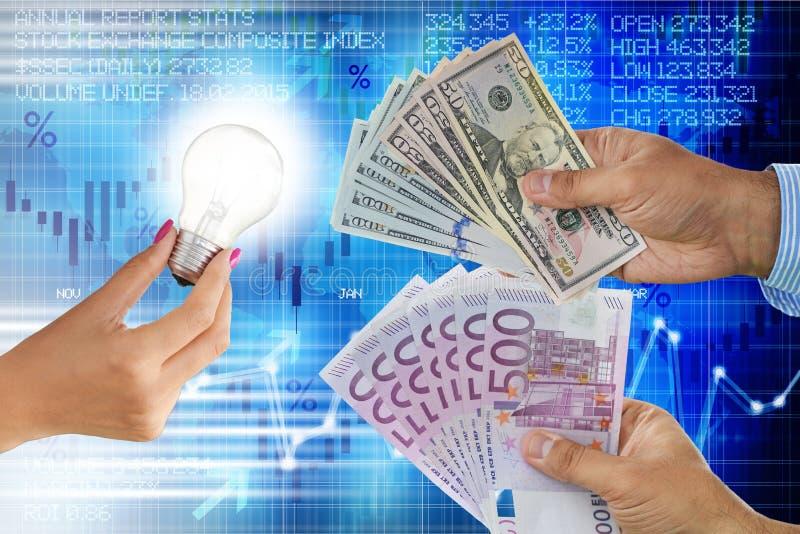 Sälja idén eller innovationbegreppet med den ljusa kulan i kvinnahand och spekulanter med kassapengar i olika valutor arkivfoto