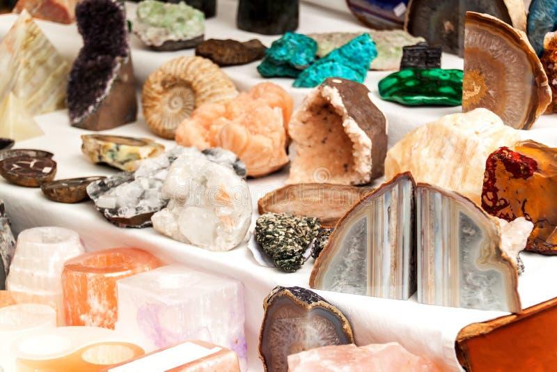 Sälja mineral på marknaden dekorativa stenar Olika typer av kulöra mineraler arkivbilder