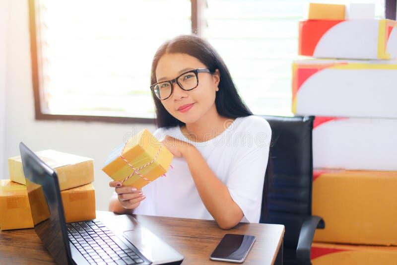 Sälja online-ecommercen som sänder den online-shoppa kvinnan för begrepp för ägare för leverans- och beställningsstartsmå och med fotografering för bildbyråer