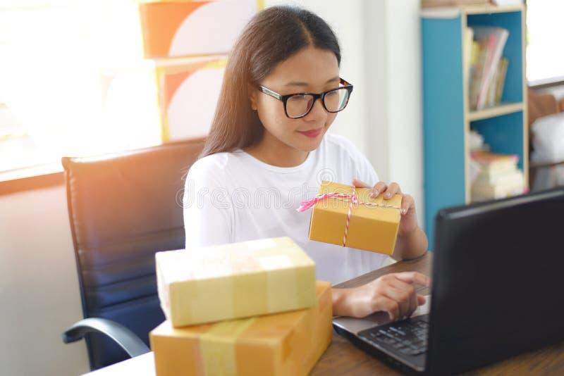 Sälja online-ecommercen som sänder det online-shoppa begreppet för ägare för leverans- och beställningsstartsmå och medelstora fö fotografering för bildbyråer