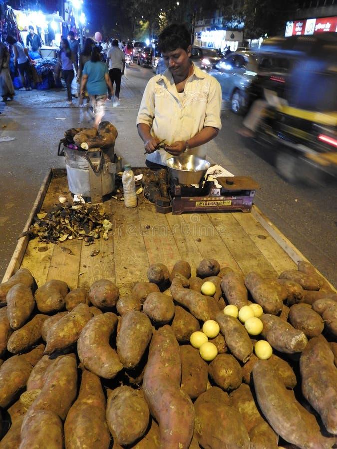 Sälja sötpotatisar på natten i Mumbai royaltyfri foto