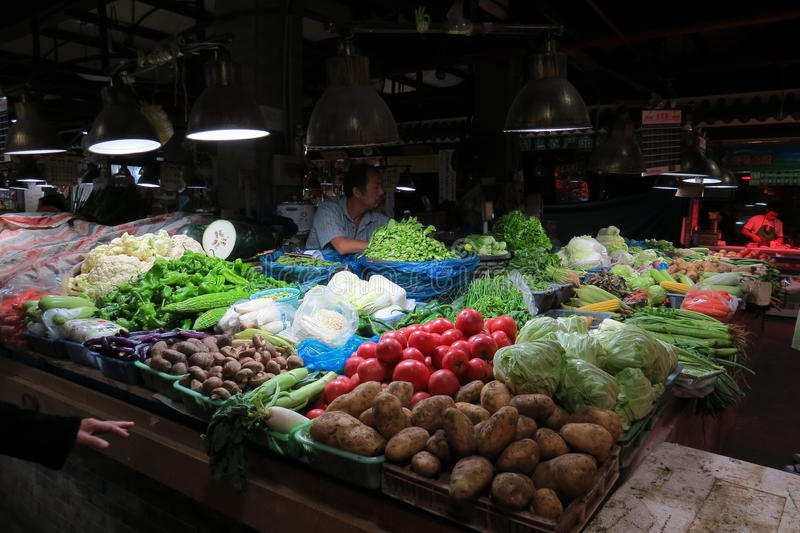 Sälja veggies i våt marknad i i stadens centrum Shanghai arkivfoton