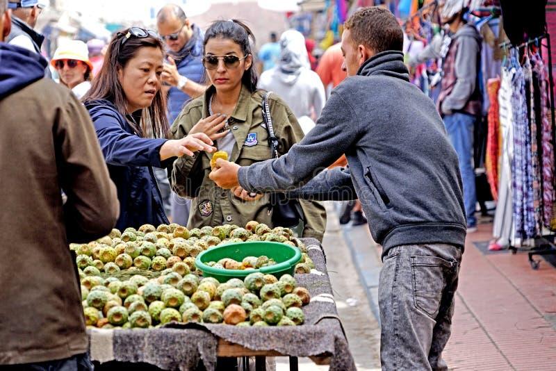 Säljare av fikonträd av Indien i medinaen av Essaouira royaltyfria bilder