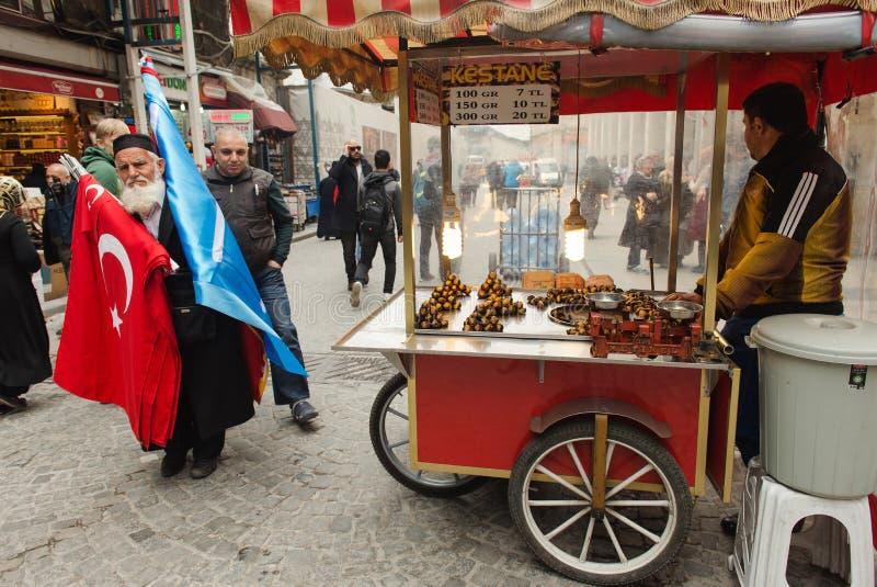 Säljare av grillade kastanjer på gatan av Istanbul royaltyfria foton
