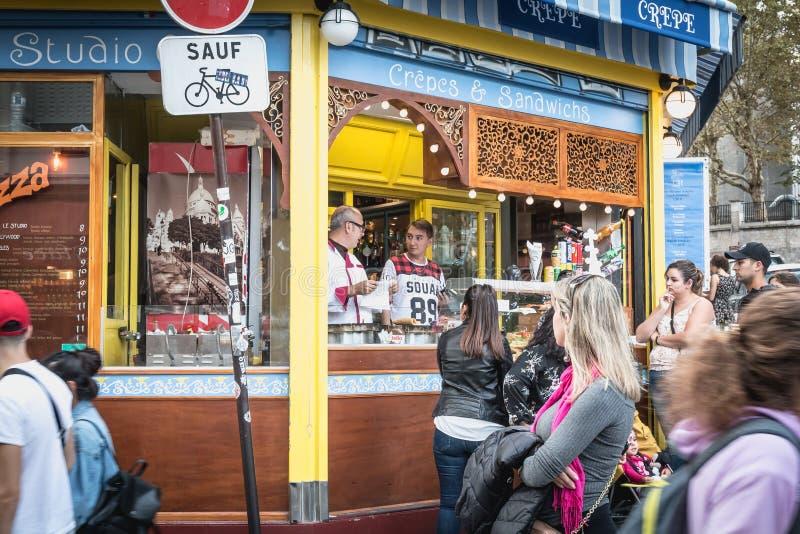Säljare av pannkakor och smörgåsar på foten av Montmartre och basilikan av den sakrala hjärtan fotografering för bildbyråer