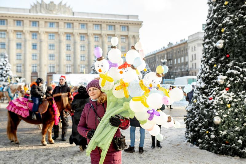 Säljare för ballong för Ukraina Kharkov 30 December 2018 julmarknad på nytt års vintermässan royaltyfria foton