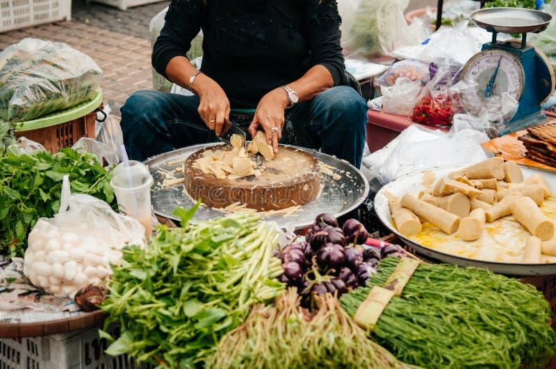 Säljare för den lokalThailand marknaden på en traditionell grönsak shoppar cu fotografering för bildbyråer