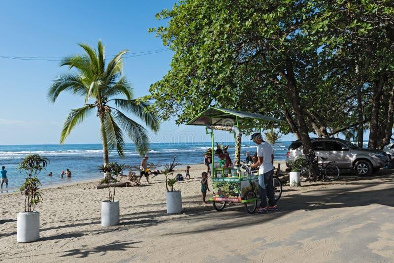 Säljare för fruktfruktsaft på stranden i Puerto Viejo, Costa Rica royaltyfri bild