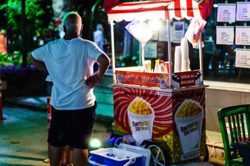 Säljare för pophavre i gatan på natten av den Cinarcik staden i sommar - Turkiet arkivfoton