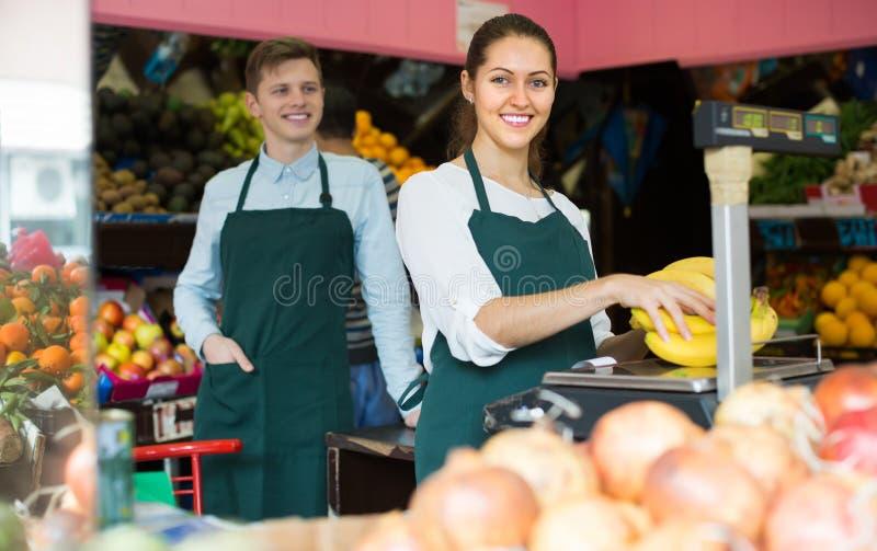 Säljare med bananer på marknaden arkivfoto
