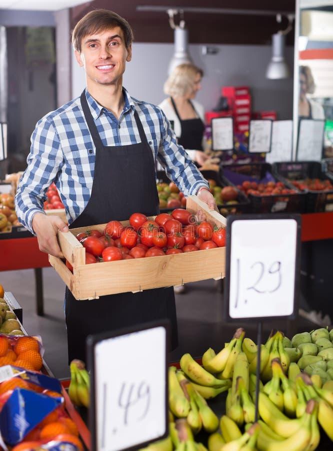 Säljare med frukter och veggies royaltyfri foto