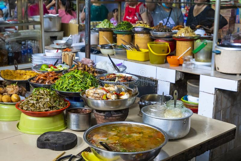 Säljare på den lokala marknaden i Vietnam Traditionell matmarknad royaltyfria bilder