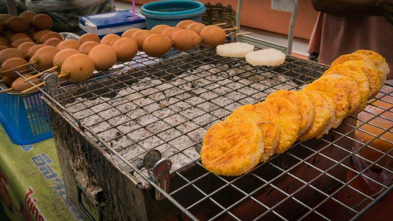 Säljare som säljer den grillade marknaden för thai stil för ägg lokala arkivbild