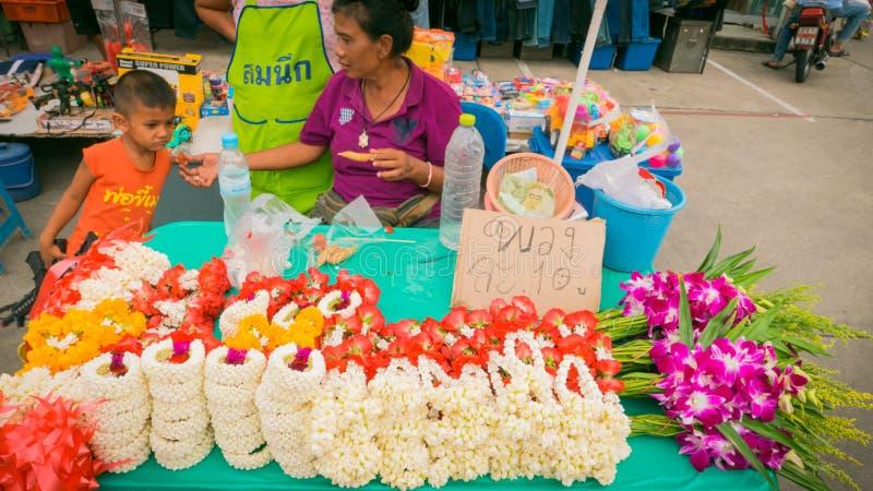 Säljare som säljer marknaden för thai stil för blommagirland den lokala royaltyfri foto