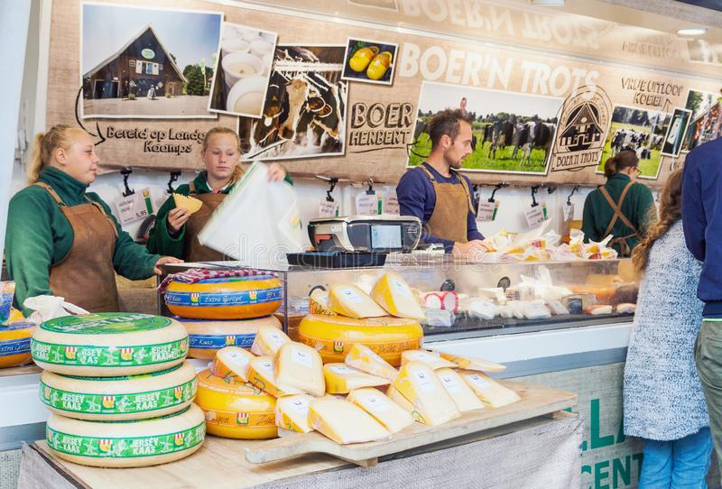 Säljare som säljer traditionell holländsk ost i gatamarknad i Nederländerna arkivbild