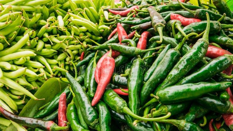Säljare som säljer variation av den lokala marknaden för foods och för grönsaker arkivbild