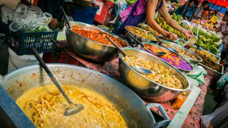 Säljare som säljer variation av den lokala marknaden för foods och för grönsaker royaltyfria foton
