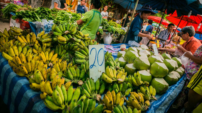 Säljare som säljer variation av foods och den lokala marknaden för ny frukt på templet arkivbilder