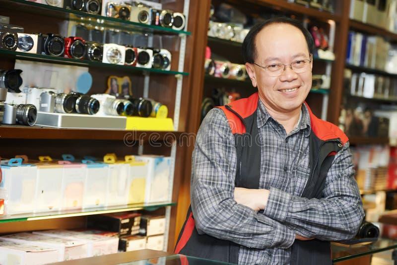Säljaren på fotokameran shoppar royaltyfria bilder