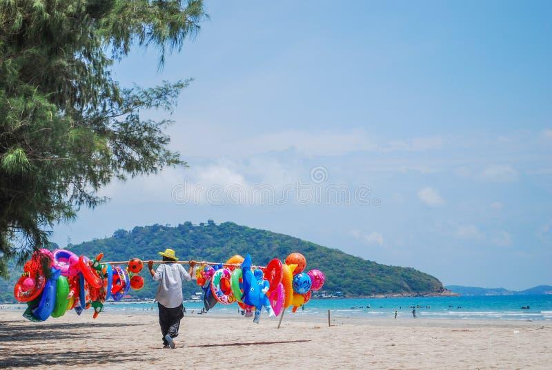 Säljer uppblåsbara leksaker på stranden Lopp på stranden fotografering för bildbyråer