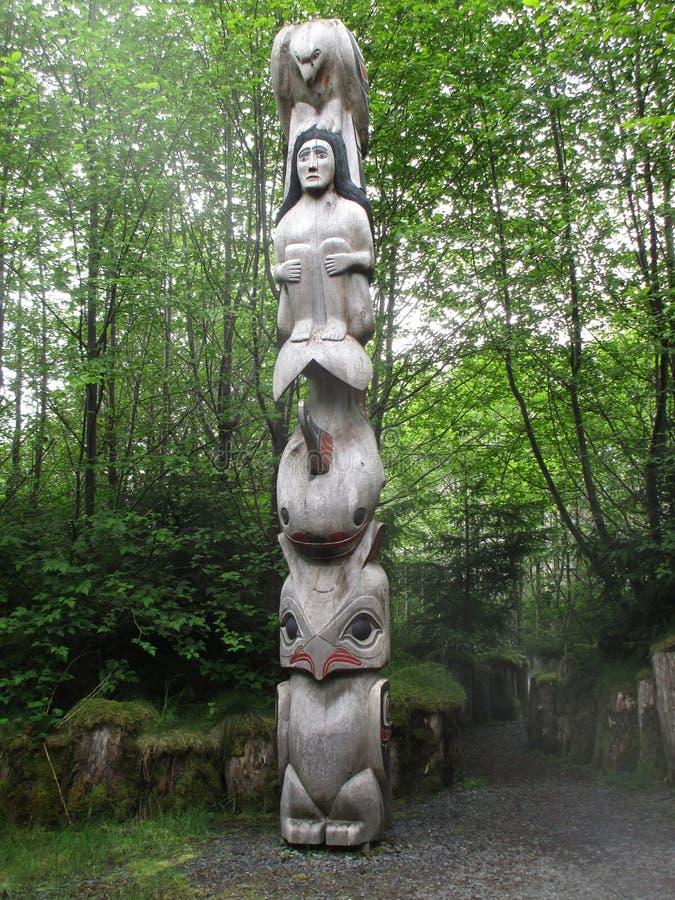 Sällsynt infödd alaskabo totempåle arkivbild