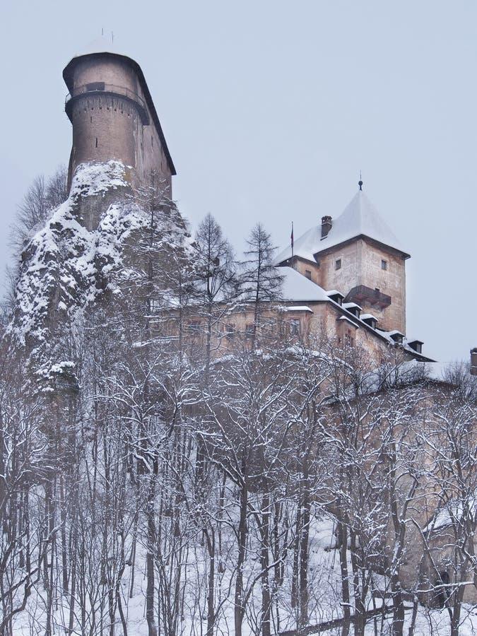 Sällsynt sikt av den Orava slotten i vinter royaltyfri fotografi