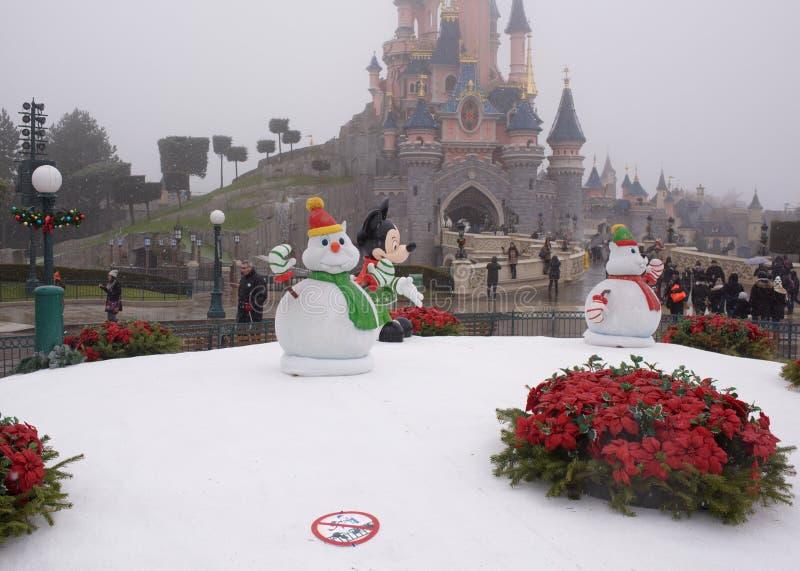 Sällsynta besökare går in i Disneyland Paris i tung snö arkivbild