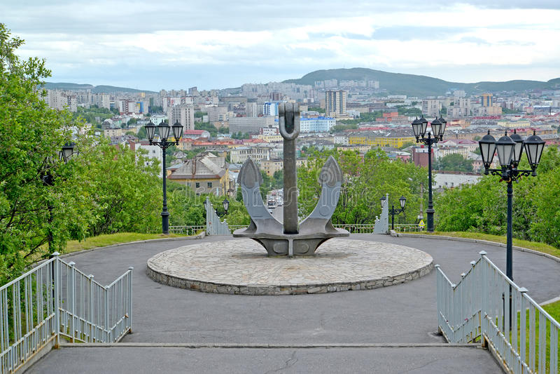 Sänd ankaret, del av en minnesmärke i minnet av sjömännen som var borttappade i en fredtid murmansk royaltyfri bild