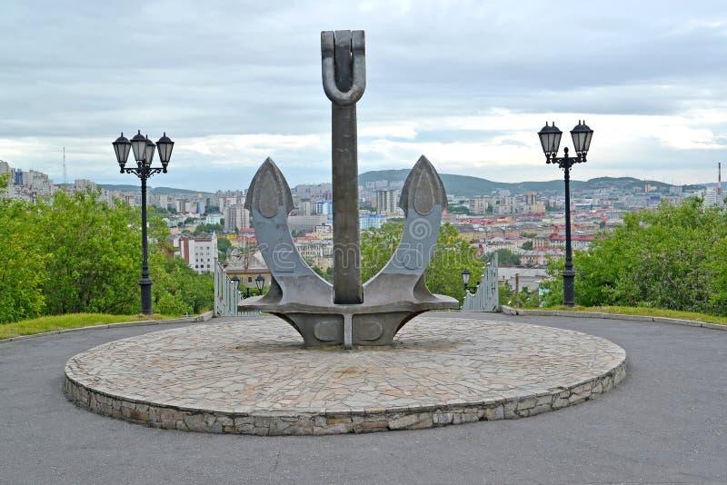 Sänd ankaret, del av en minnesmärke i minnet av sjömännen som var borttappade i en fredtid murmansk arkivbilder