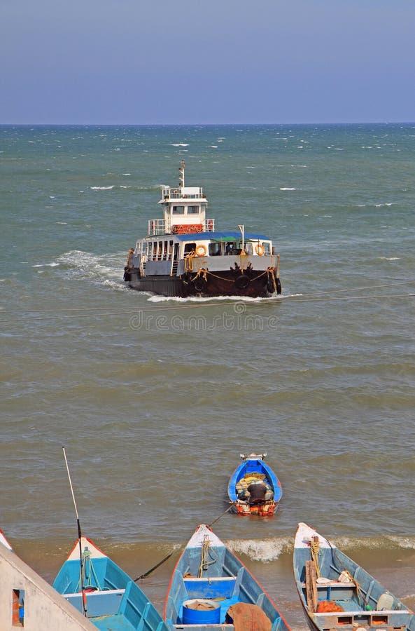 Sänd och några fartyg i havet nästan Kanyakumari royaltyfri foto