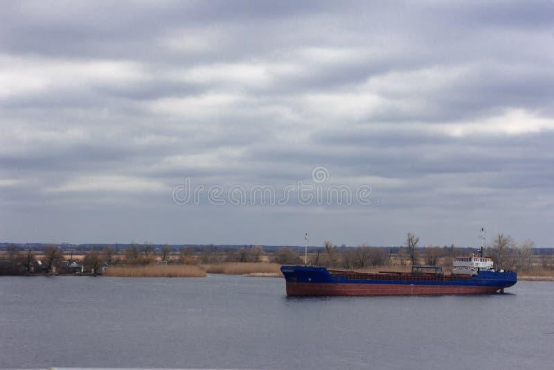 Sänd på den IJssel floden nära Wilsum under en tidig solig och dimmig morgon royaltyfri foto
