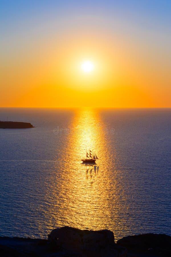 Sänd seglingen in i solnedgången, den Santorini ön, Grekland, Europa royaltyfri foto