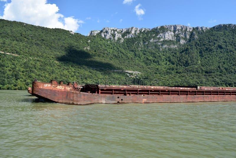 Sändande fartyg på floden royaltyfri foto