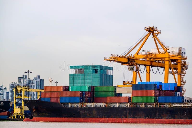 Sändande handelport Behållarelastfartygpäfyllning eller avlastning vid kranen arkivbild