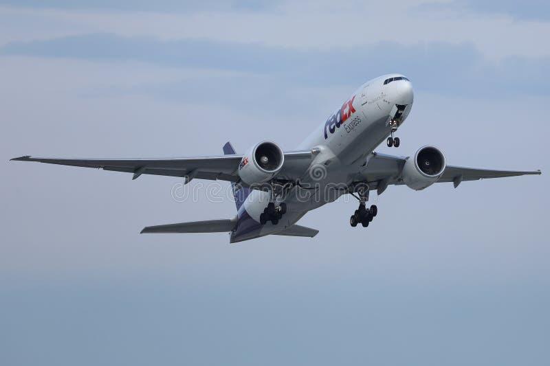 Sändande packar Fedex för uttryckligt flygplan vid luft arkivbild