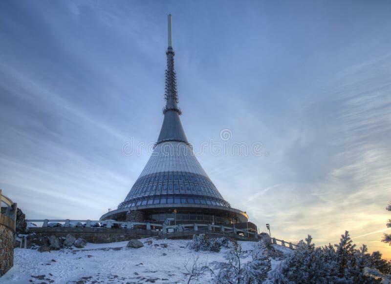 Sändare- och utkiktornet i ett vinterlandskap på kullen skojade royaltyfri fotografi