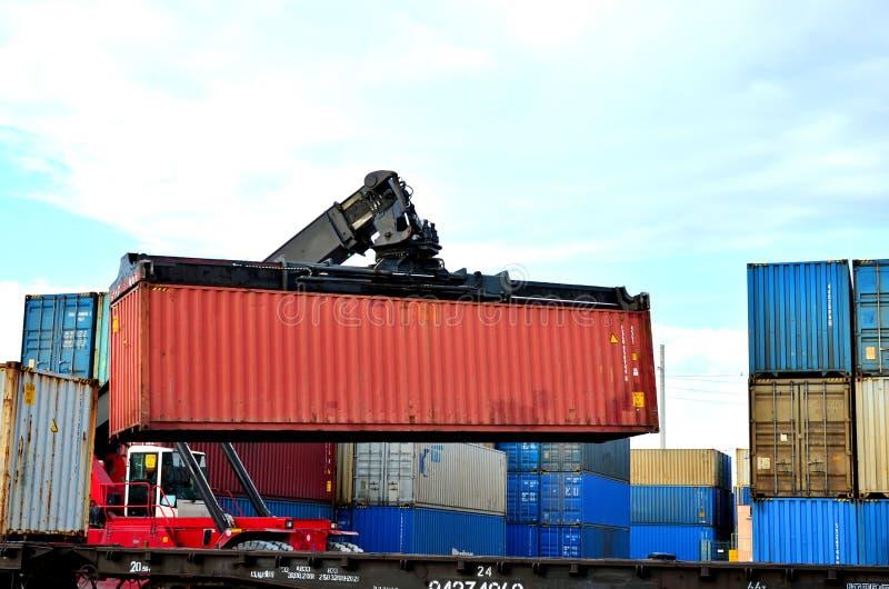 Sändningsbehållarepäfyllning vid richtracker på fraktstångbilen på logistisk lagerport royaltyfri fotografi
