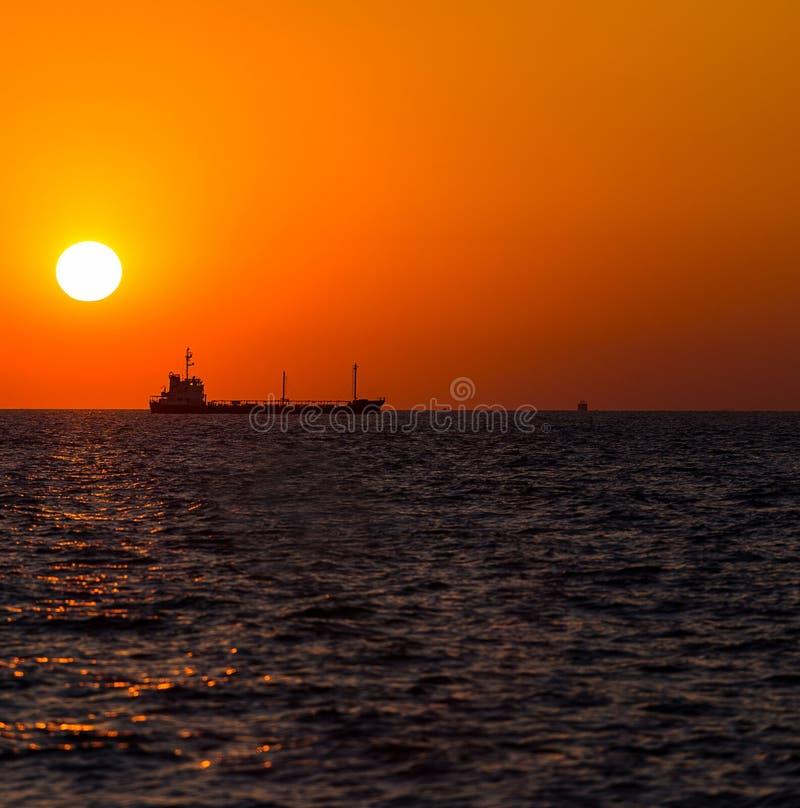 Sändningsfartyg i solnedgångtid arkivfoton