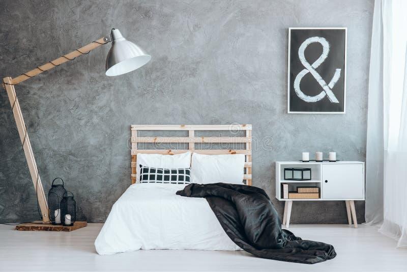 Sängöverkast som kastas på sängen royaltyfri foto