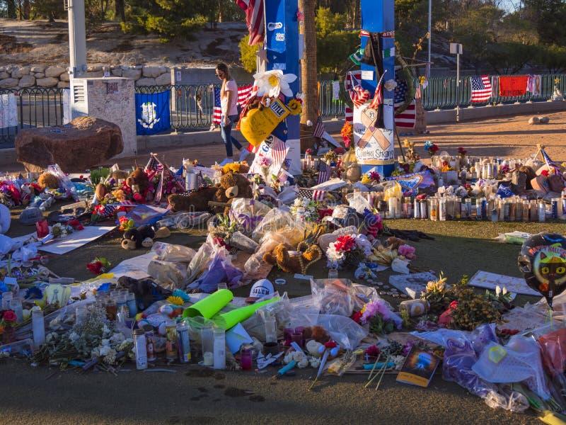 Säng av blommor och uttryck av beklagande efter terrorattack i Las Vegas - LAS VEGAS - NEVADA - OKTOBER 12, 2017 arkivbild