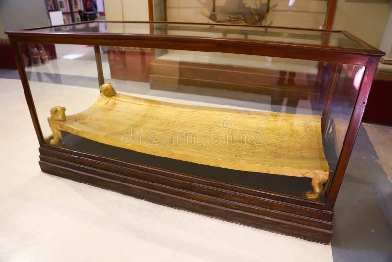 Säng från guld av den spända Ankh Amonskatten - egyptiskt museum royaltyfri fotografi