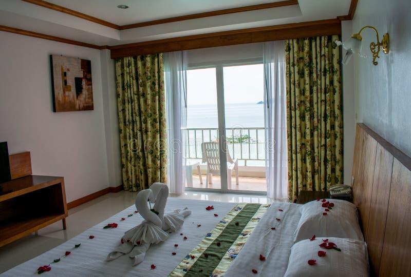 Säng i asiatiskt hotellrum för vänner arkivfoton