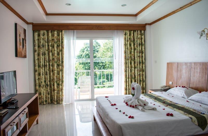 Säng i asiatiskt hotellrum för vänner royaltyfria foton