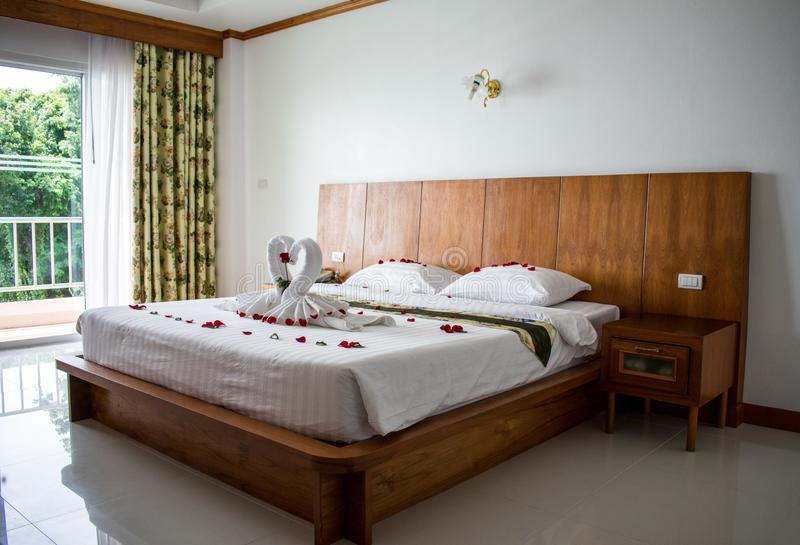 Säng i asiatiskt hotellrum för vänner royaltyfria bilder