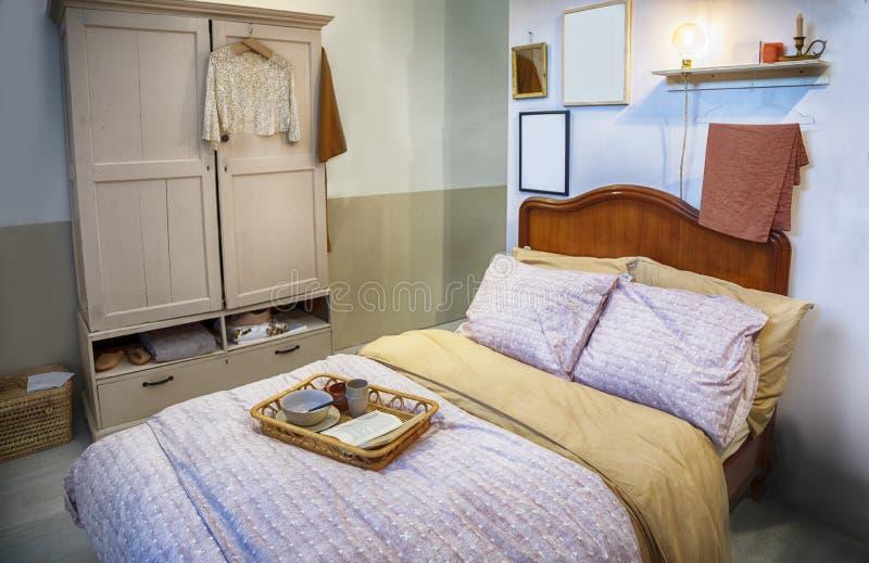Säng i inre i landsstil royaltyfri fotografi