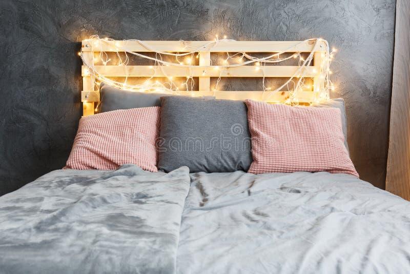 Säng med huvudgaveln arkivbild