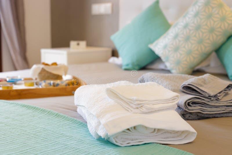 Säng med nya handdukar arkivfoto