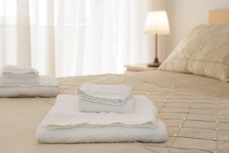 Säng med nya handdukar royaltyfria bilder