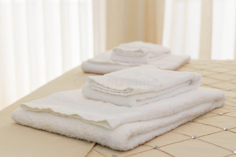 Säng med nya handdukar arkivbilder