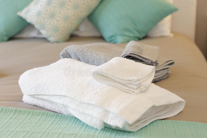 Säng med nya handdukar fotografering för bildbyråer